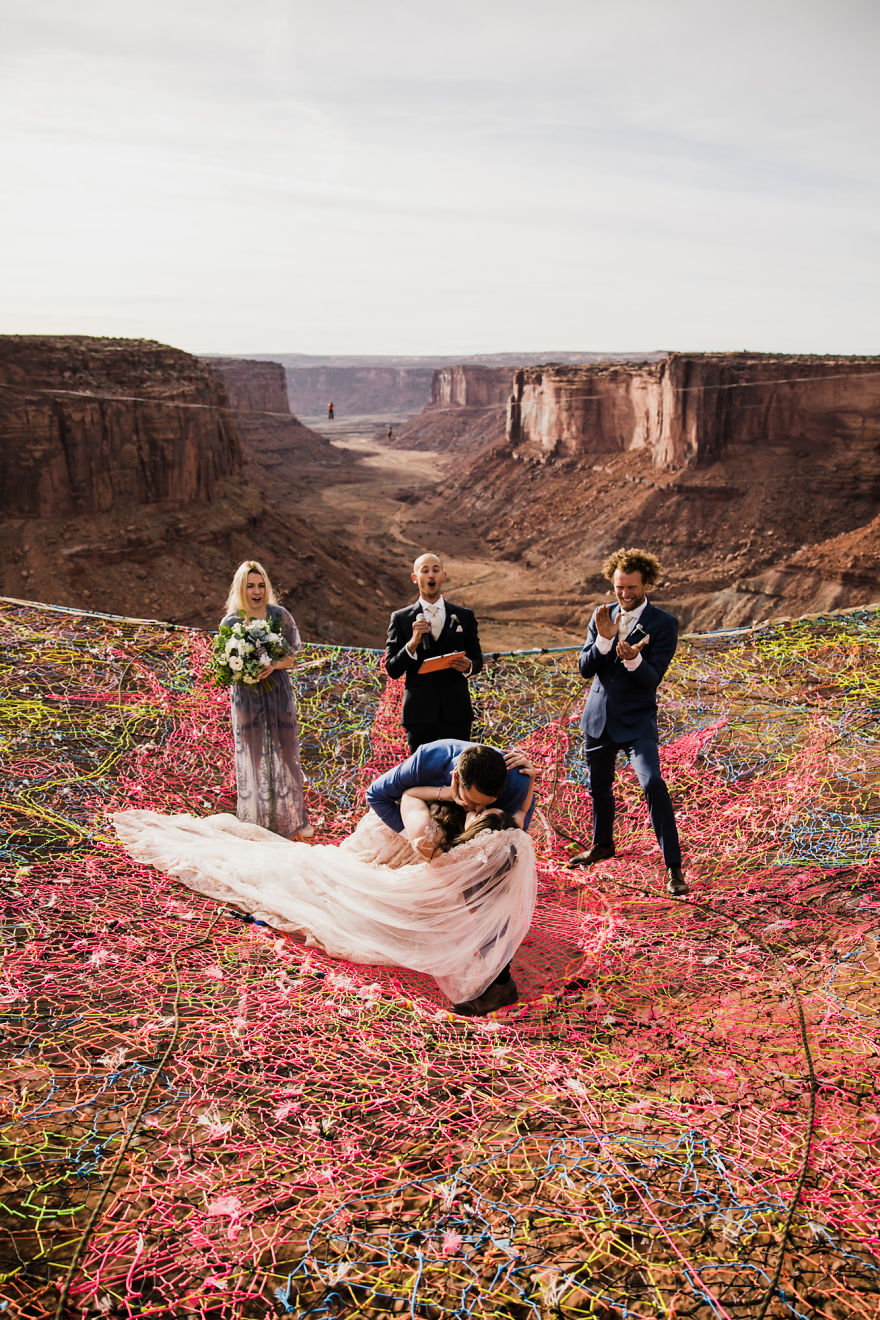 Marriage-done-at-120-meters-high-will-take-your-breath-away-5a65abe43513c__880.jpg
