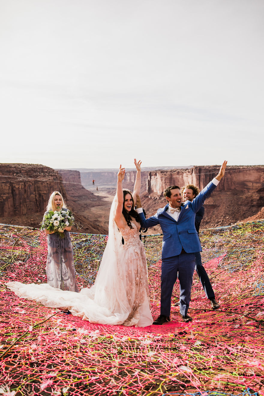 Marriage-done-at-120-meters-high-will-take-your-breath-away-5a65abe8dca81__880.jpg