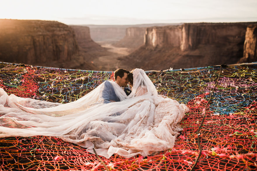 Marriage-done-at-120-meters-high-will-take-your-breath-away-5a65abf8c6dca__880.jpg