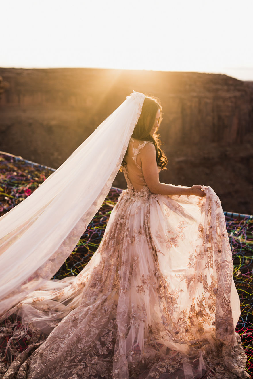 Marriage-done-at-120-meters-high-will-take-your-breath-away-5a65abffc1aa9__880.jpg